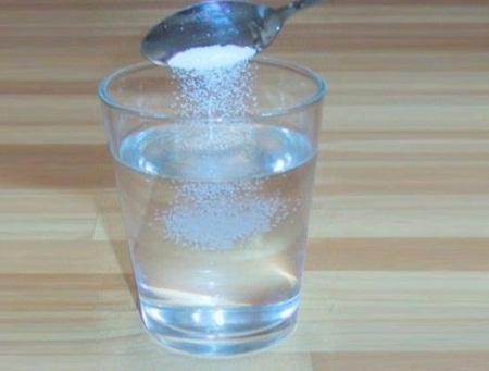 Trị mụn ẩn trong da bằng nước muối sinh lý