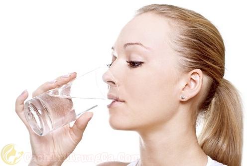 Uống nhiều nước tốt cho người bị mụn