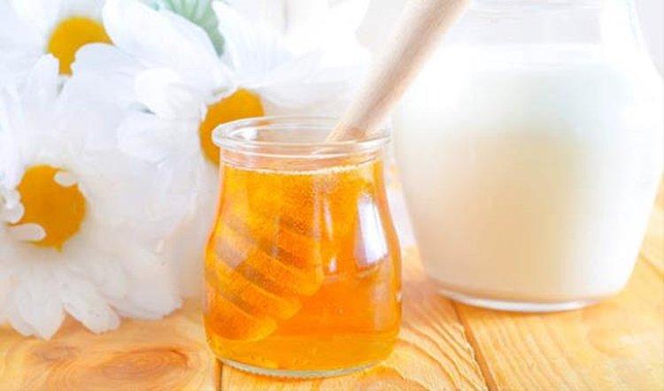 Mặt nạ trị mụn bằng sữa chua mật ong