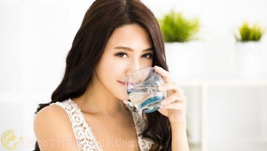 Uống nhiều nước giúp trị vết thâm mụn