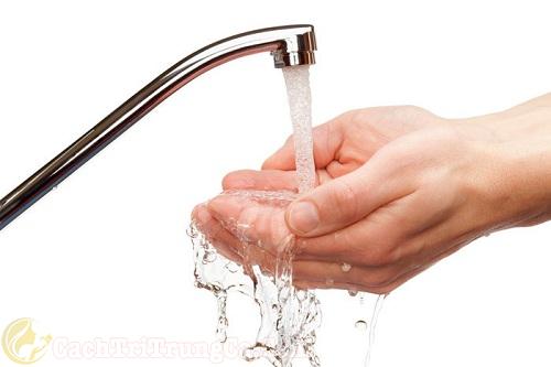 Rửa tay thật sạch trước khi nặn mụn mủ
