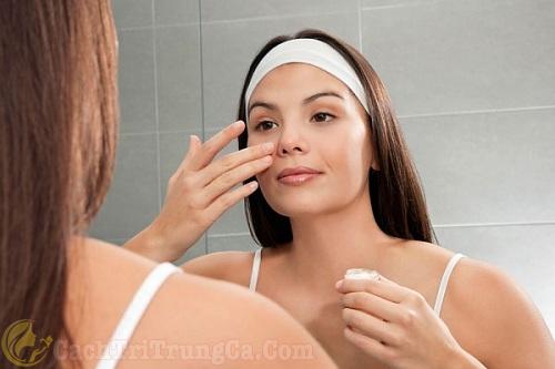 Chăm sóc da sau nặn mụn bằng cách thoa kem, tinh dầu