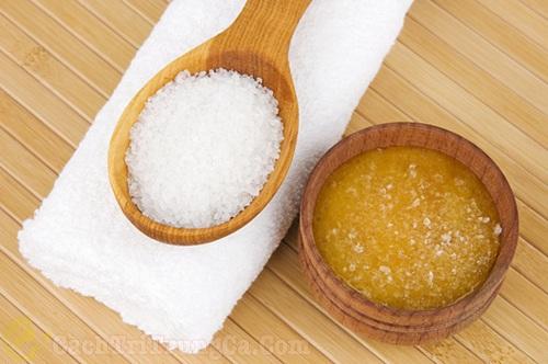 Muối và mật ong có tác dụng điều trị mụn hiệu quả