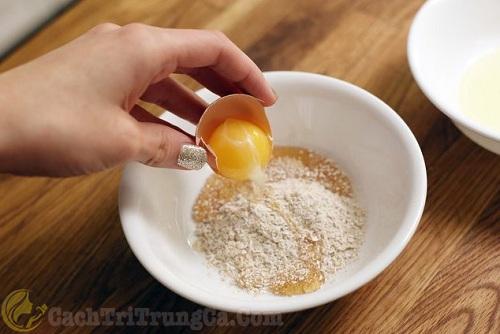 Trị mụn bằng trứng gà, mật ong và bột yến mạch