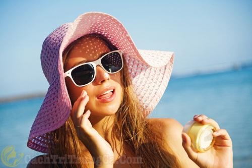 Hạn chế tiếp xúc với nắng khi điều trị mụn