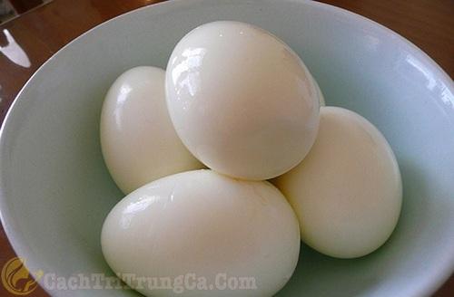Trị mụn cám bằng trứng vịt luộc đơn giản
