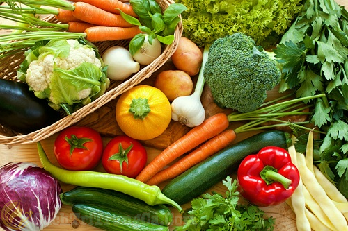 Bổ sung nhiều rau xanh, hoa quả tươi trong quá trình trị mụn đầu đen