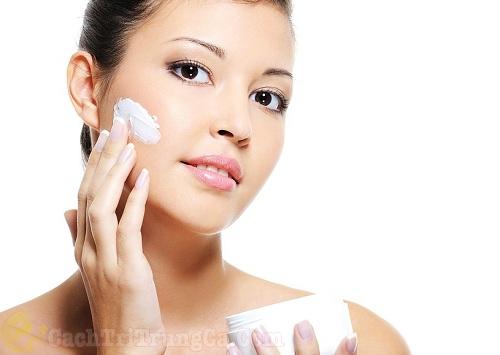 cách chăm sóc da sau khi lăn kim bằng cách bôi kem