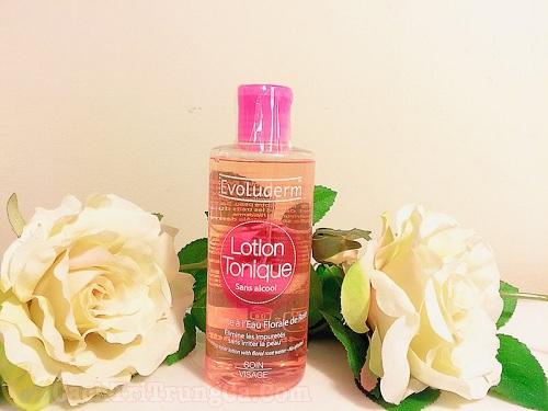 Rửa sạch mặt và thoa nước hoa hồng cho da sau nặn mụn