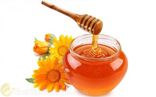 Sử dụng mật ong nguyên chất trị mụn cám