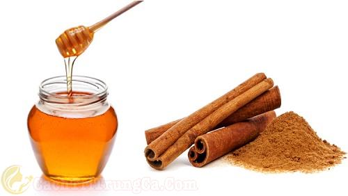 Trị mụn cám bằng mật ong kết hợp bột quế
