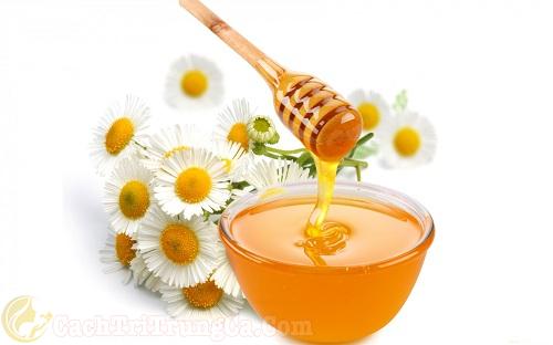 Nặn mụn xong có nên bôi mật ong?