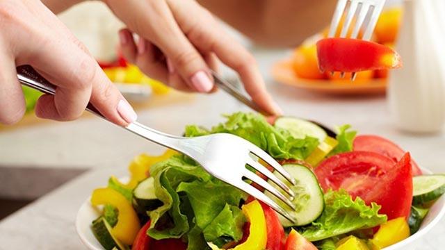 Chế độ ăn uống hợp lý chính là giải pháp điều trị mụn trứng cá ở cổ hiệu quả
